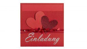 Ideen für Hochzeiten: Heartbeat in Rot | Einladungskarte mit vielen Herzen, passenden Perlen und einem großen, gestempelten Schriftzug