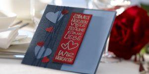 Ideen für Hochzeiten: Zwei Herzen, viele Träume, eine Liebe | Einladung in Blautönen und Rot mit ausgestanzten Herzen und einem ausdrucksstarken Stempel
