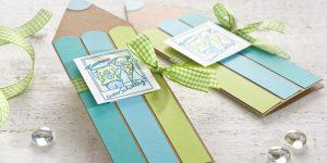 Ideen für den Schulanfang: Erster Schultag! | Einladung und Glückwunschkarte in Form eines Holzfarbstifts in Natur, Grün- und Türkistönen mit gestempelten und ausgemaltem Motiv