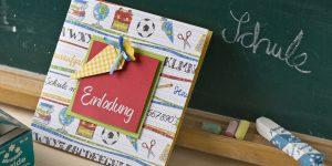 Ideen für den Schulanfang: Einladungskarte zur Einschulung in bunten Farben mit vielen gezeichneten Symbolen