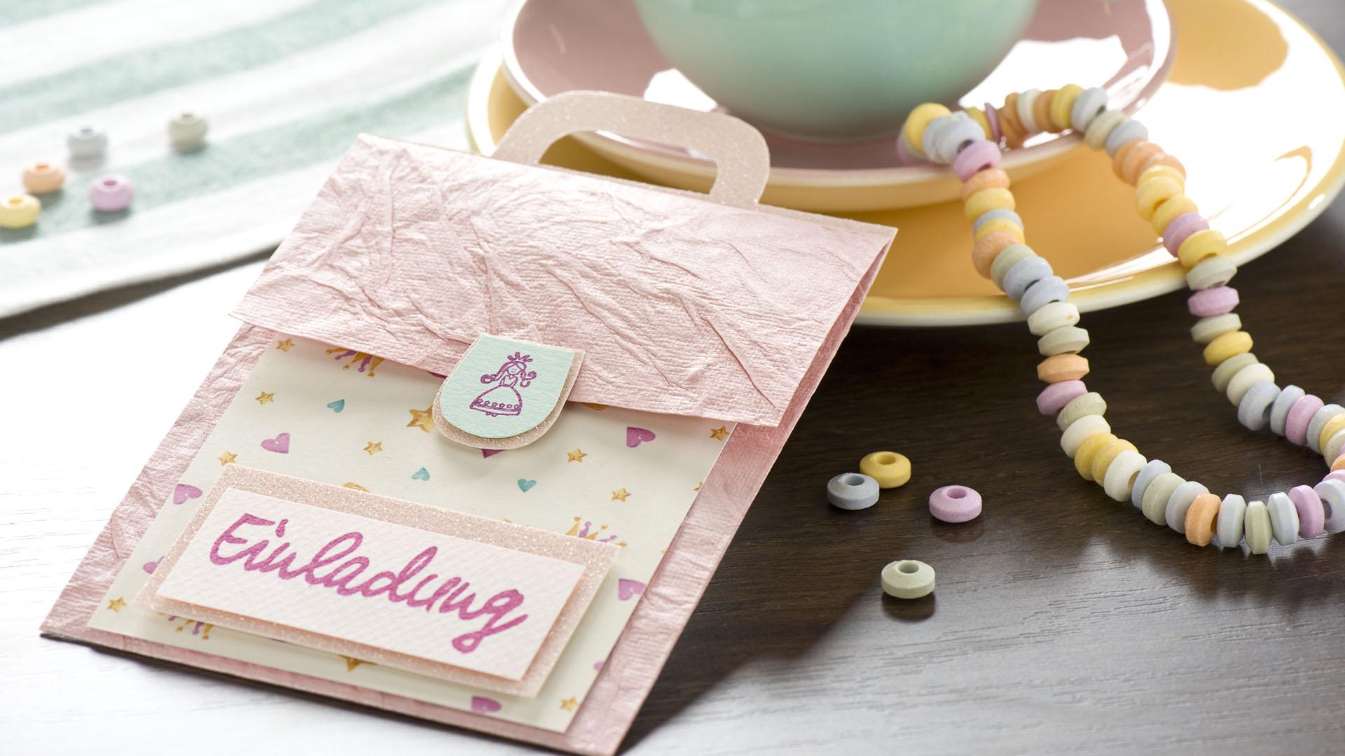 Ideen für den Schulanfang: Mädchentraum | Einladungskarte in Mädchenfarben in Form eines Schulranzens mit gestempelter Prinzessin und Schriftzug