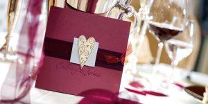 Ideen für Hochzeiten: Romantisch | Einladungskarte in Weinrot, Bordeaux und Champagner mit perlblauem Akzent und gestempeltem Herz in Gold
