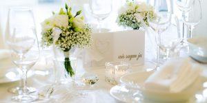 Ideen für Hochzeiten: Ein Traum in Weiß | Einladungskarte ganz in Weiß mit Herz aus Perlen und gestempeltem Schriftzug in Platin