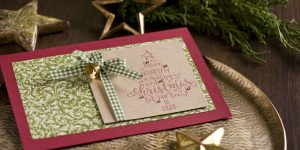 Ideen für die Weihnachtspost: Christmastree | Weihnachtskarte in Weinrot, Grün und Gold mit handgelettertem Stempelmotiv und kleinem Glöckchen