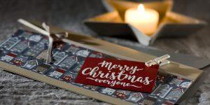 Ideen für die Weihnachtpost: Weihnachtszeit | Weihnachtskarte in Natur, Grau und Weinrot mit heimeligem Motivkarton und handgelettertem Schriftzug