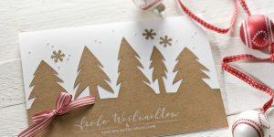Ideen für die Weihnachtspost: Winterwald | Weihnachtskarte in Natur und Weiß mit Silhouettenschnitt, Schneeflöckchen, kleinen Halbperlen, rot-weiß gestreiftem Band und gestempeltem Schriftzug