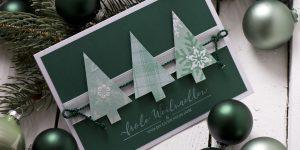 Ideen für die Weihnachtspost | Weihnachtskarte in dunklem Grün und Weiß mit stilisierten Tannenbäumen und gestempeltem Schriftzug