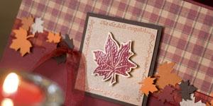 Ideen für Geburtstage: Herbstzeitloses | Einladung in eleganten Herbstfarben mit passendem Karo und Ahornblättern