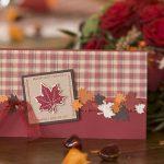 Ideen für Geburtstage: Herbstzeitloses   Einladung in eleganten Herbstfarben mit passendem Karo und Ahornblättern