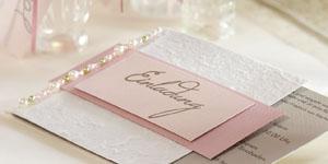 Ideen für Geburtstage: Lebensfreude | Einladungskarte in Altrosa, zartem Rosa, Offwhite und Taupe mit dekorativem Perlenschmuck