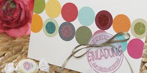 Ideen für Geburtstage: Eine runde Sache | Einladungskarte in Weiß mit Punkten in Lieblingsfarben und mit Glitzer