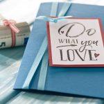 Ideen für Geldgeschenke: Do what you love | Geldgeschenkkarte in Petrol mit trendigem, großem Stempel aus der Handlettering-Kollektion