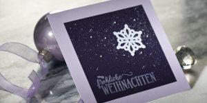 Ideen für die Weihnachtpost | Weihnachtskarte in Aubergine und Flieder mit ausgestanzter Schneeflocke und gestempeltem Schriftzug