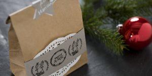 Ideen für Weihnachten: Lasse wünscht Merry X-Mas | Eine mit kleinen Stempeln liebevoll gestaltete Tüte als Geschenkverpackung für Kleinigkeiten oder Weihnachtsplätzchen