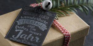 Ideen für die Weihnachtspost: Die besten Wünsche | Anhänger für Weihnachtsgeschenke mit Stempel im Handlettering-Stil