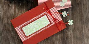 Ideen für die Weihnachtspost: Ganz viel Glück wünscht das Schneemann-Quartett | Weihnachtskarte in Rot, Grün und Weiß mit fröhlichem Schneemann-Quartett und Kleeblättern