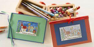 Ideen für die Weihnachtspost: Von kleinen Künstlern | Weihnachtskarten für und mit Kindern mit Wasserfarben und Holzstiften und kindgerechtem Stempel