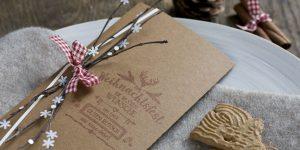 Ideen für die Weihnachtspost: Mit Liebe gemacht | Weihnachtskarte in Natur, Weiß und Rot mit einem Hauch Hüttenzauber und handgelettertem Stempeldesign