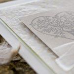 Ideen für Hochzeiten: Baum der Liebe   Einladung und Glückwunschkarte in Weiß und Taupe mit Batikpapier und wunderschönem Stempelmotiv
