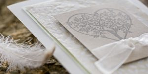 Ideen für Hochzeiten: Baum der Liebe | Einladung und Glückwunschkarte in Weiß und Taupe mit Batikpapier und wunderschönem Stempelmotiv