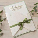 Ideen für Hochzeiten: In Liebe verbunden | Einladung in edlem Weiß, Gold und natürlichem Grün mit handgelettertem Schriftzug