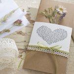 Ideen für Hochzeiten: Glaube, Liebe und Hoffnung   Einladung und Glückwunschkarte in Natur und Creme mit getrockneten Wiesenblumen, Gräsern und Spitzenborte