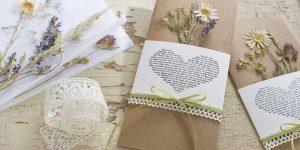 Ideen für Hochzeiten: Glaube, Liebe und Hoffnung | Einladung und Glückwunschkarte in Natur und Creme mit getrockneten Wiesenblumen, Gräsern und Spitzenborte