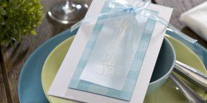 Ideen für Hochzeiten: Wir sagen Ja | Einladung in Weiß und Pastellblau mit handgezeichnetem Motiv im Handletteringstil