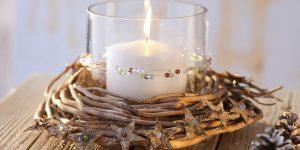 Ideen für Weihnachten: Winterliches Windlicht | Kerzenglas in einem Rebenkranz dekoriert mit Birkensternen und Perlen