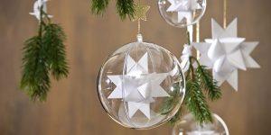 Ideen für Weihnachten: Fröbelsterne ganz in Weiß inszeniert mit klar glänzenden Plexikugeln und Sternen in glitzerndem Gold