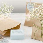 Ideen für Kommunion und Konfirmation: Danke in Tüten | Seifen in Papiertüten mit christlichem Fisch und Dekoration aus Schleierkraut