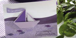 Ideen für Kommunion und Konfirmation: Mit Gott unterwegs | Einladung in Lila, Flieder und Weiß mit gefaltetem Schiff und gestempeltem Schriftzug im Handlettering-Stil