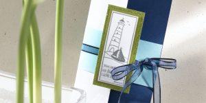 Ideen für Kommunion und Konfirmation: Mein Glaube, ein Leuchtturm | Einladung im Hochformat in dunklem Blau, Weiß, Azur und Oliv mit gestempeltem Leuchtturm und Bibelzitat