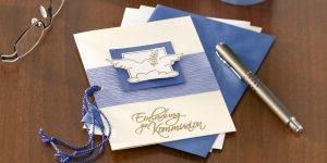 Ideen für Kommunion und Konfirmation: Eine Botschaft für die Welt | Einladungskarte in Weiß, Champagner und klarem Blau mit der Friedenstaube als Symbol in Gold
