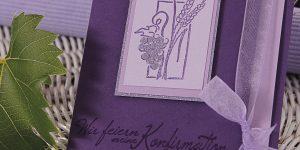 Ideen für Kommunion und Konfirmation: Trauben und Ähren | Einladungskarte in festlichem Lila mit gestempeltem Motiv und Schriftzug im trendigen Handlettering-Stil