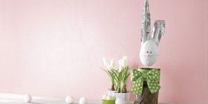 Ideen für den Frühling: Fritz, der Osterhase | Herziger Kaminholz-Hase mit großen Ohren aus Alu-Blech, einem süßen Stupsnäschen aus Filz und eine großen Schleife aus Stoff