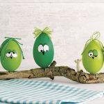 Ideen für den Frühling: Hei-ei-ei   Bemalte Eier mit lustigen Gesichtern und einem knorrigen Ast für ein witziges Dekostück in Grün