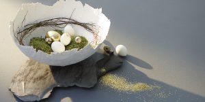 Ideen für den Frühling: Goldene Zeiten | Puristisch inszeniertes Osternest aus Gipsbinden mit teils vergoldeten Eiern und Dekoelementen aus der Natur