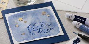 Ideen für die Weihnachtspost: Ein paar Glückssterne für dich | Passend zum New-Watercolour-Look: Weihnachtskarte mit aquarelliertem Hintergrund, goldenen Sternen und ausdrucksvollem Schriftzug