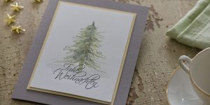 Ideen für die Weihnachtspost: Oh Tannenbaum | Kunstvoll mit leichter Hand skizzierter Tannenbaum als Motiv einer stimmungsvollen Weihnachtskarte in Weiß, Taupe und Gold mit gestempeltem Schriftzug