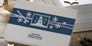 Ideen für die Weihnachtspost: Mit Post-Wert-Zeichen | Weihnachtskarte in Weiß und Blau mit Schneeflocken und gestempeltem Motiv und Text