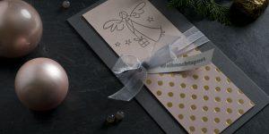 Ideen für die Weihnachtspost: Himmlischer Paketbote | Weihnachtskarte in Grau, Rosa und Gold mit großen Tupfen und gestempeltem Engel als Motiv