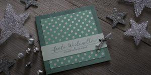 Ideen für die Weihnachtspost: Frohe Weihnachten | Weihnachtskarte in Grüntönen und Silber mit gestempeltem Schriftzug im Handlettering-Stil und markanten Tupfen