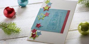 Ideen für die Weihnachtspost: Sternschnuppen | Weihnachtskarte in Weiß, Azur. Petrol, Grün und Rot mit fröhlichen Sternen und gestempeltem Weihnachtsmotiv