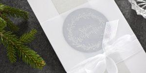 Ideen für die Weihnachtspost: Winterstimmung | Langformatige Weihnachtskarte ganz in Weiß mit Akzenten in Silber und Weihnachtsstempel