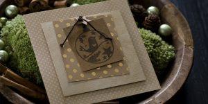 Ideen für die Weihnachtspost: Landidylle | Quadratische Weihnachtskarte in natürlichen Farben, Braun und Gold mit ausdrucksstarkem, gestempeltem Motiv