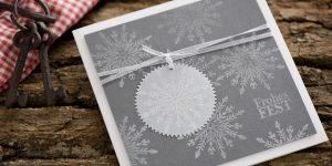 Ideen für die Weihnachtspost: Schneevergnügen | Quadratische Weihachtskarte in Weiß und Grau mit wunderschönen, gestempelten Schneeflocken