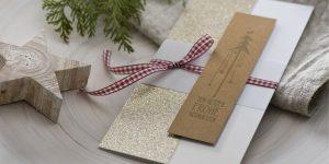 Ideen für die Weihnachtpost: Von Herzen | Puristische schöne Weihnachtskarte in Weiß, funkelndem Gold, Natur und rotem Karo mit gestempeltem Motiv