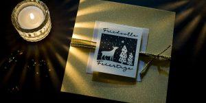 Ideen für die Weihnachtspost: Friedvolle Feiertage | Quadratische Weihnachtskarte in Gold, Weiß und Schwarz mit idyllischem, gestempeltem Motiv