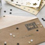 Ideen für Weihnachten: Ganz besondere Weihnachtspost | weihnachtlich dekoriertes Kuvert für Grüße, Gutscheine und Geldgeschenke in Natur, Schwarz und Gold mit gestempelter Briefmarke